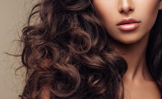 ۶ اشتباه آسیبزننده به موها در تابستان