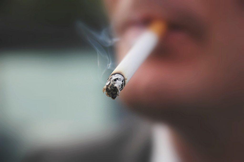 تاثیر سیگار بر پیری پوست